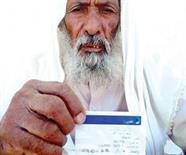 مسن العيص يحمل بطاقته البنكية