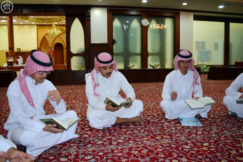 بالصور.. معلم وزوجته يتطوعان لتحفيظ القرآن الكريم للصمّ والبكم