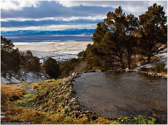 """ينابيع """"Top Ponds"""" الواقعة في مدينة """"Villa Grove"""" في ولاية """"كولورادو"""" الأمريكية، وتتكون من ثلاث ينابيع متدفقة، تحيطها الحياة ا"""