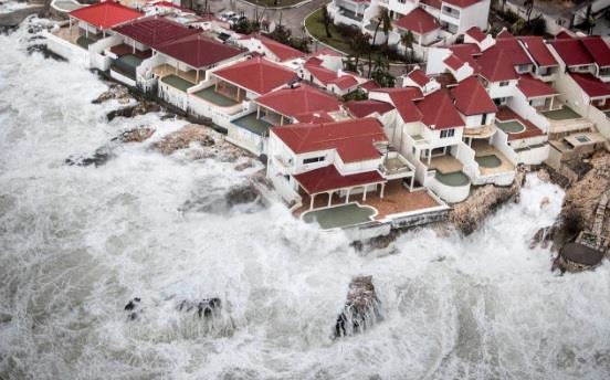 """شاهد.. الإعصار """"ايرما"""" يضرب """"كوبا"""" ويخلّف دمارا.. واستعدادات له في فلوريدا الأمريكية"""