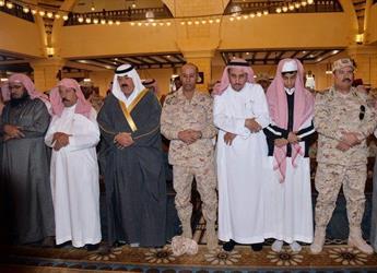 متعب بن عبدالله يتقدم المصلين على الشهيدين الشهري والطوب
