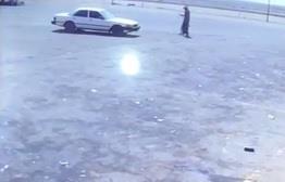 كاميرا مراقبة تُوثق نجاة امرأة من الخطف أثناء سرقة السيارة التي تركبها بإحدى محطات الوقود