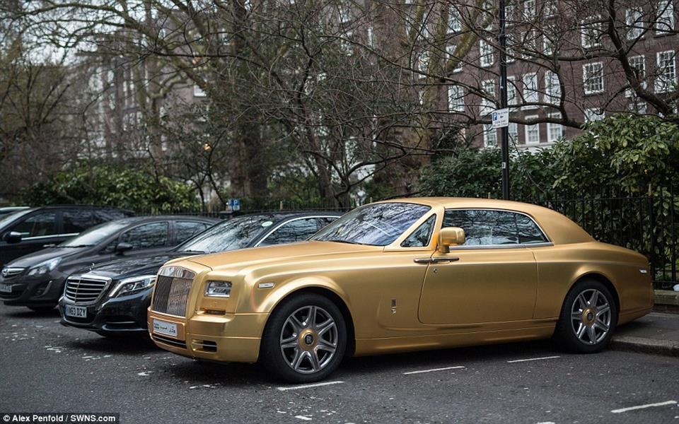 خليجي يستعرض بسياراته المطلية بالذهب في شوارع لندن