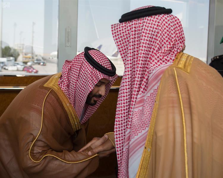 لقطة لنائب الملك وهو يقبّل قدم خادم الحرمين أثناء وداعه تلفت انتباه متناقليها
