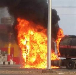 السيطرة على حريق ناقلة بترولية داخل محطة وقود بالمدينة (صور)