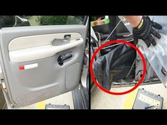 قرر فتح الغلاف الداخلي لباب السيارة للتحقق من عطب فانصدم بما وجد