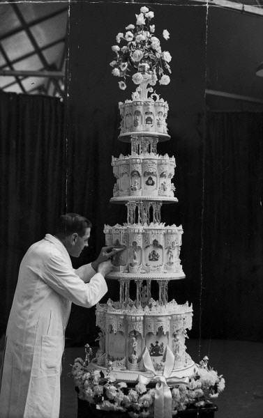 قطعة من كعكة زفاف ملكي يبلغ عمرها 65 عاماً