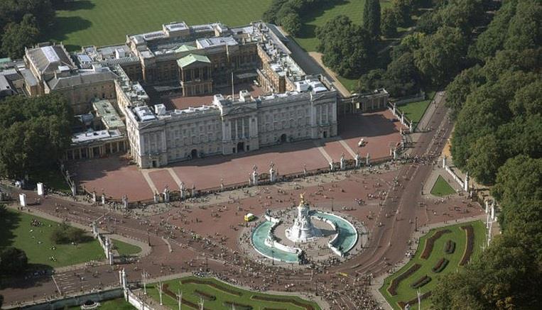 خادم مقيم في قصر باكنغهام في لندن