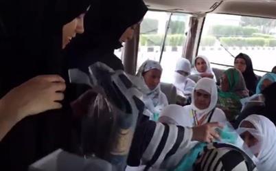 تعرف على مهام النساء العاملات في مؤسسات الطوافة وخدمة الحجاج (فيديو)