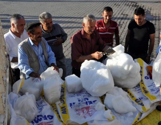 """أتراك يبيعون ثلج الجبال """"في عز الصيف"""""""