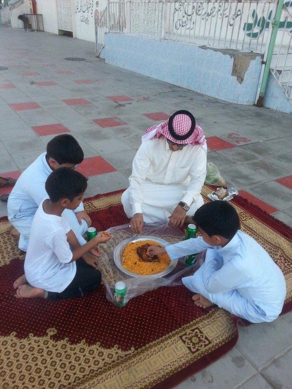 بالصور.. معلم يحضر وجبة الغداء لطلبته بعد تأخر أولياء أمورهم