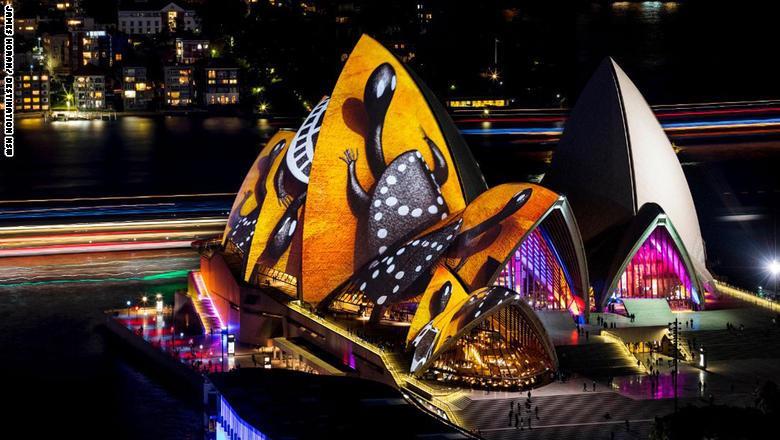 تحول المبنى الأكثر شهرة في أستراليا، أي دار الأوبرا في سيدني،