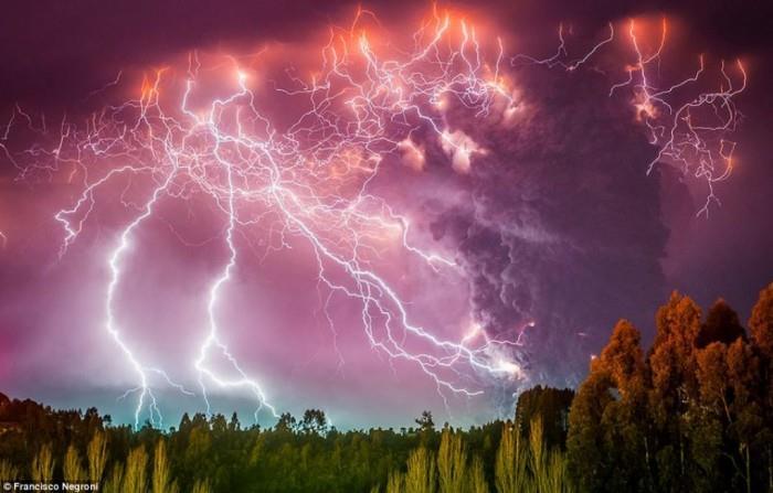 تعد البراكين والبرق ظاهرتين طبيعيتين تحدثان بشكل مألوف، لكن الأمر النادر والغريب، هو حدوثهما معًا في الوقت نفسه، في ظاهرة تعرف