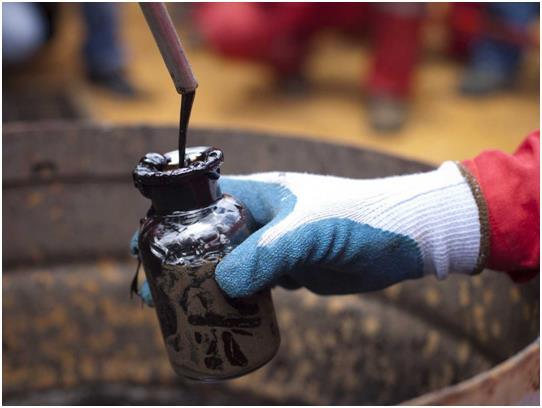 تتصدر فنزويلا القائمة باحتياطي نفطي مؤكد 297.7 مليار برميل، حيث تعتمد على عائدات النفط بشكل كبير، إذ يشكل 96% من أرباح التصدير