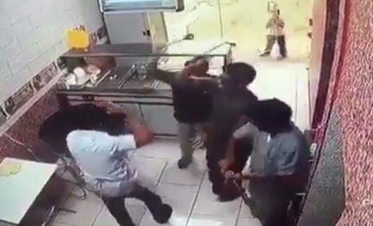توصلت شرطة المدينة المنورة لـ 3 شبان ظهروا في مقطع فيديو مصور متداول وهم يعتدون بالضرب المبرح على عامل في بوفيه .