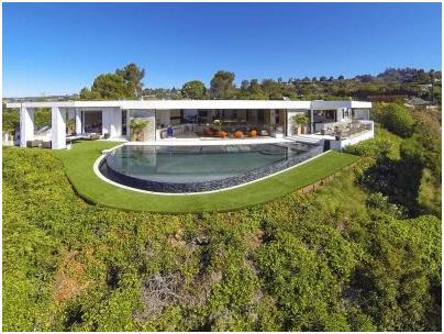 """يقع هذا المنزل في مدينة """"بيفرلي هيلز""""، ويطل على """"لوس انجلوس"""" في ولاية كاليفورنيا، وقد بيع إلى مبرمج ألعاب الفيديو بـ70 مليون د"""