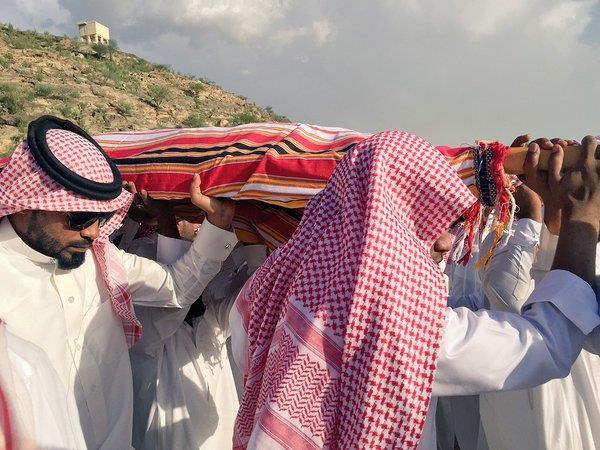 """بالصور.. أهالي الريش يشيعون """"فاطمة"""" ضحية سقوط المظلة"""