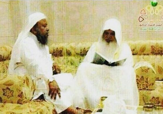 صورة للشيخ محمد أيوب وهو يقرأ القرآن على الشيخ الحذيفي