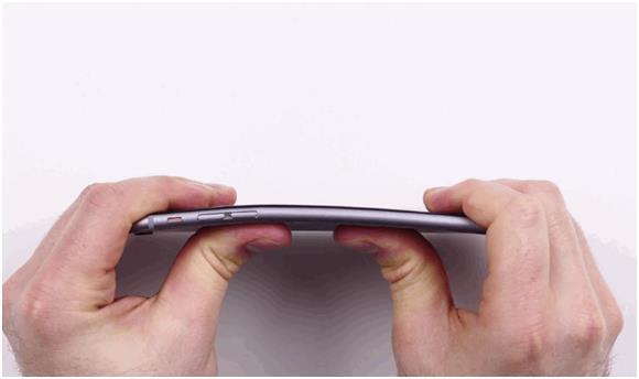 """هذا فيما تضرر بعض عملاء """"ايفون 6 بلس"""" من انثناء أجهزتهم بعد حفظها في الجيب، وهي نفس المشكلة التي كان عملاء """"ايفون 5S"""" قد تضروا"""