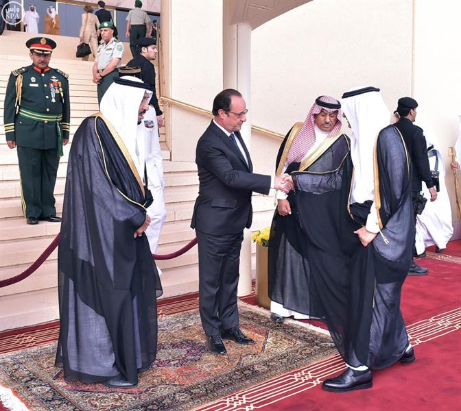 خادم الحرمين يستقبل الرئيس الفرنسي