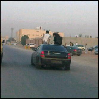 """شاب وفتاة سعودية """"مكشوفة""""  يستعرضان بسيارة أمام المارة في نهار رمضان في الرياض"""