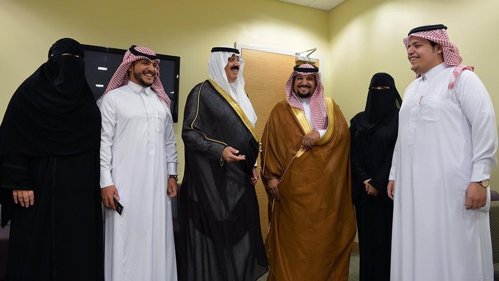 متعب بن عبدالله يلتقي 4 توائم ولدوا في مستشفى الحرس قبل 23 عاماً
