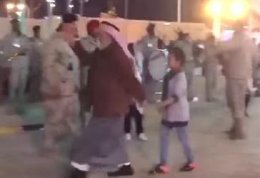 موقف طريف لمسن في الجنادرية ينتزع ابتسامات رجال الأمن