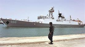 جندي يمني يقف أمام أحد السفن