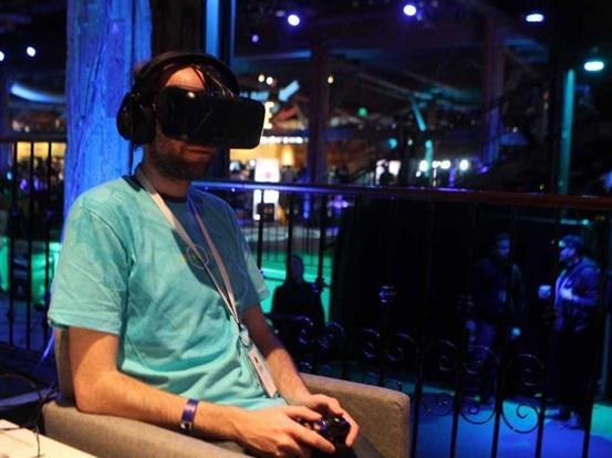 """وتعمل شركة """"سامسونج"""" أيضا على سماعة  رأس افتراضية تتيح لمستخدمي جوالات """"جالاكسي"""" الألعاب التفاعلية."""