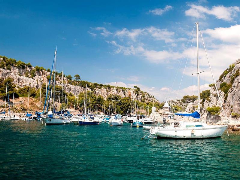 """جزيرة """"كاسي""""، واحدة من أجمل الجزر الفرنسية، تقع بالقرب من مدينة """"مارسيليا"""" الشهيرة، وتطل على شاطىء الريفييرا الفرنسي، وتمتاز ب"""