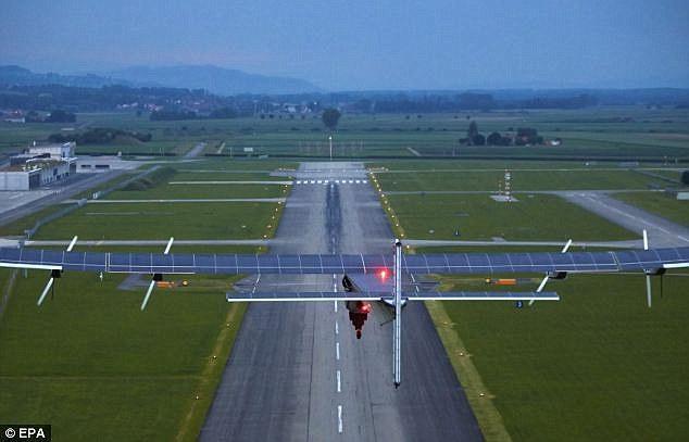 وتم تغطية أجنحة الطائرة بخلايا شمسية بلغ عددها 17 ألفاً لتجميع أشعة الشمس أثناء الطيران نهاراً، مما مكنها من استمرار التحليق ل