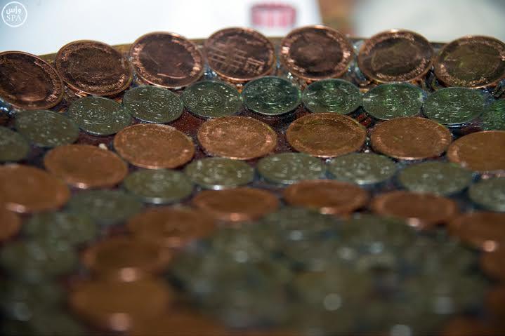 """سعودي يستعد لدخول """"جينيس"""" عبر رسم أكبر لوحة باستخدام العملات المعدنية"""