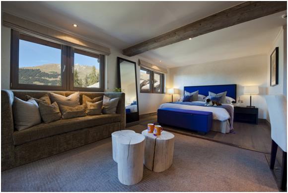 يتكون المنزل من 9 غرف نوم، وبداخل كل غرفة مساحة خاصة للجلوس.