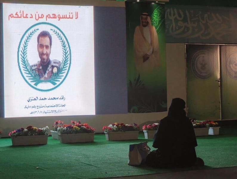 لقطة مؤثرة لوالدة شهيد تجثو باكية أمام صورة لابنها في مهرجان الجنادرية