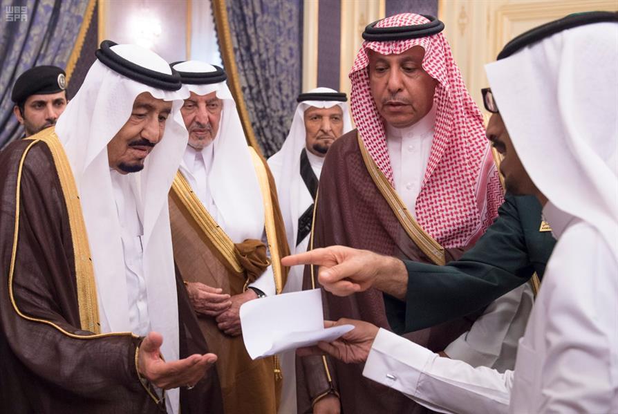 بالصور.. خادم الحرمين يستقبل أصحاب السمو الأمراء وأصحاب الفضيلة والمعالي وجموعًا من المواطنين