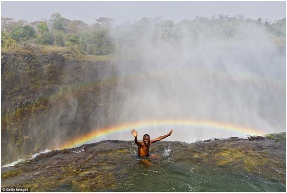 """""""بركة الشيطان"""" التي تقع بالقرب من شلالات فيكتوريا في """"زامبيا""""، وتعد أخطر حمام سباحة في العالم، وهي دوامة طبيعية على حافة الشلا"""