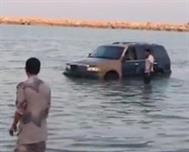 حرس الحدود ينتشل سيارتين بعد غرقهما في البحر