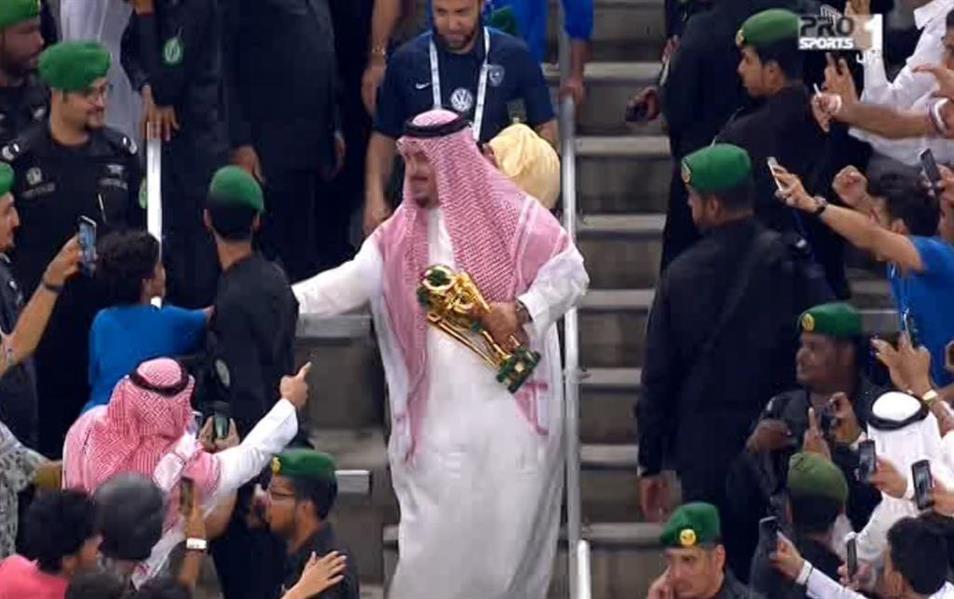 شاهد.. خادم الحرمين يتوج الهلال بكأس الملك