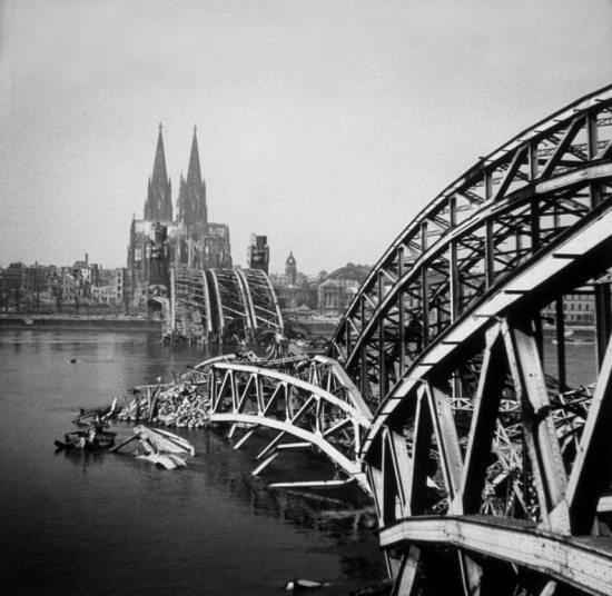 """8- كولون ــ ألمانيا:  تعد مدينة """"كولون"""" الألمانية من أكثر المدن التي تضررت من الحرب العالمية إذ تدمرت تدميرا تاما، حيث تعرضت ل"""