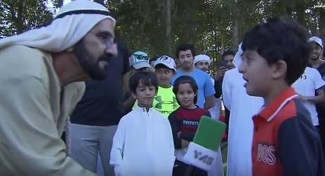 بالفيديو: طفل يُفاجئ الشيخ محمد بن راشد بقصيدة وطنية خلال إحدى جولاته والأخير يمسك له الميكروفون