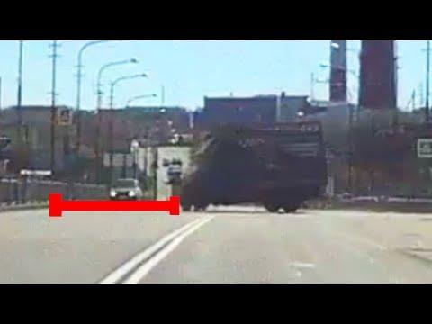 كاميرا توثق لحظة وقوع حادث غريب لشاحنة على طريق سريع