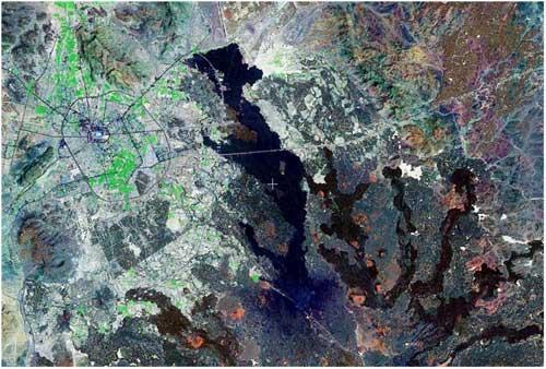صورة أقمار اصطناعية توضح موقع المدينة المنورة والطفوح البازلتية بالمنطقة السوداء