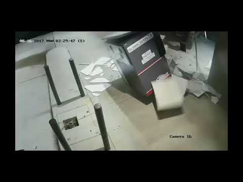 لصوص في أمريكا يستخدمون رافعة لسرق جهاز صرف آلي