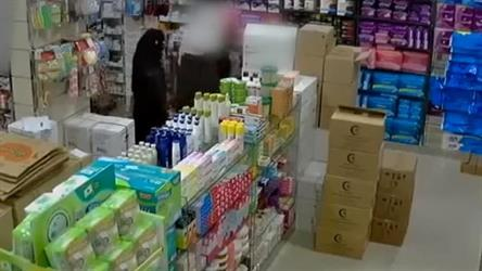 بالفيديو.. عائلة من أب وأم وطفلين تتعاون لسرقة صيدلية