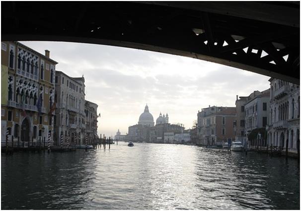 تأسست مدينة فينيسيا في القرن الخامس وتحتوي على 18 جزيرة متصلة من خلال القنوات و338 جسر، وتواجه فينيسيا اليوم خطر ارتفاع مستوى