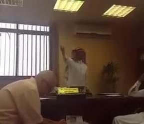 بالفيديو.. مسؤول بأمانة الطائف يطرد مراجعاً من مكتبه.. مُردداً: بلا مواطن بلا همّ