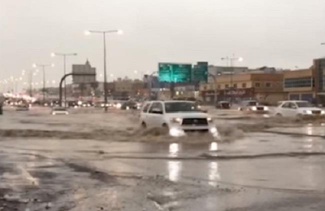 هطول أمطار غزيرة على الرياض.. والمرور يحذر من تجمعات مائية