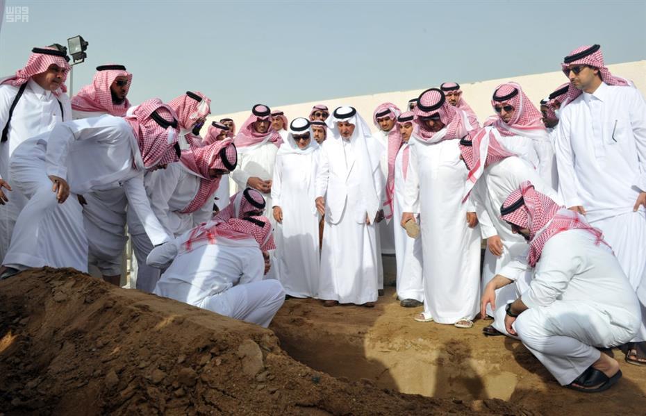 الصلاة على الأمير سعد الفيصل بالمسجد الحرام ودفن جثمانه بمقبرة العدل - صور