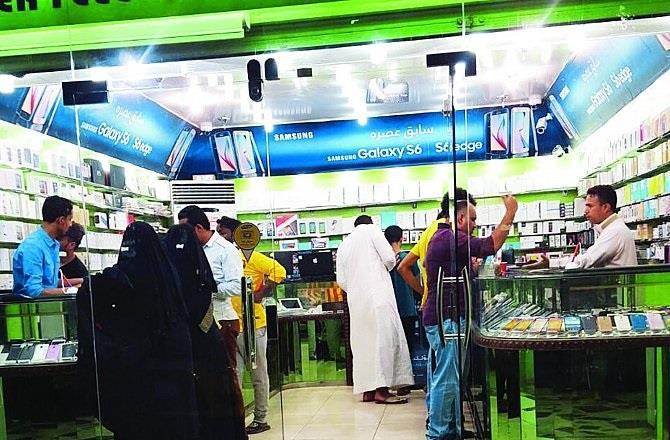 العمل تحظر عمل غير السعوديين في مجال بيع وصيانة الجوالات