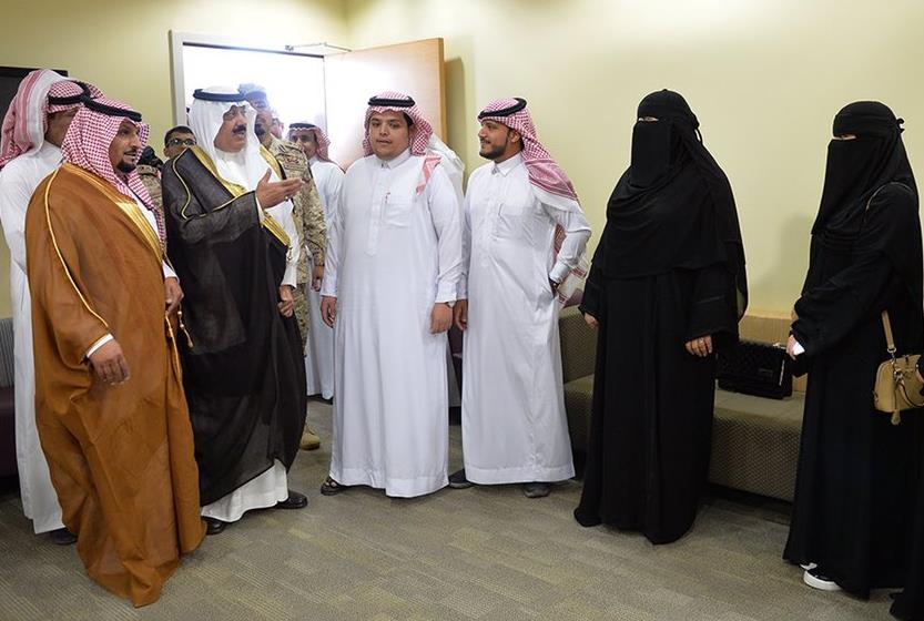 متعب بن عبدالله يلتقي 4 توائم ولدوا في مستشفى الحرس